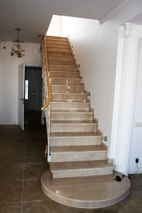 Лестница из камня в доме в пос.Горенка