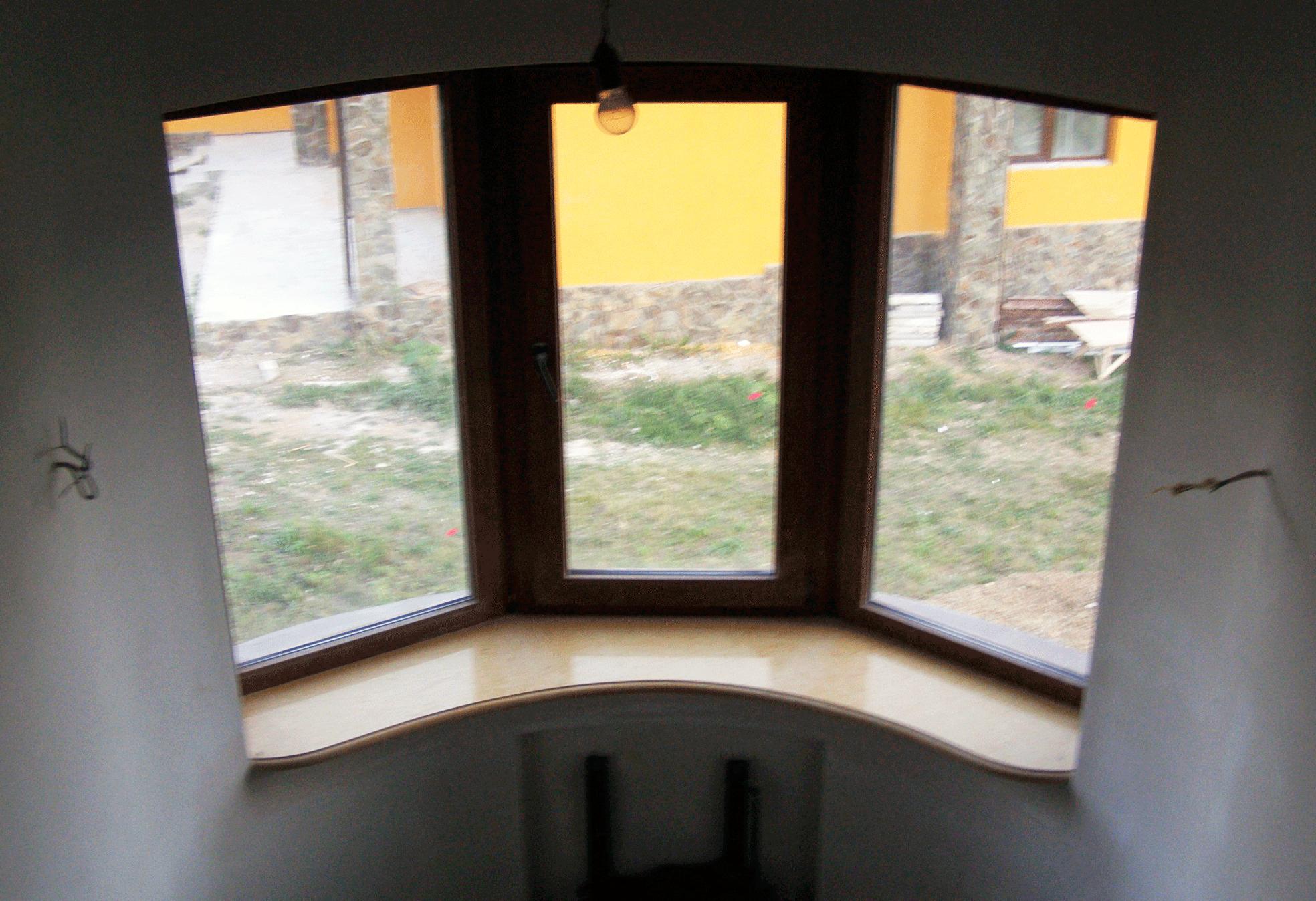 Подоконник из камня в доме на пр.Мира