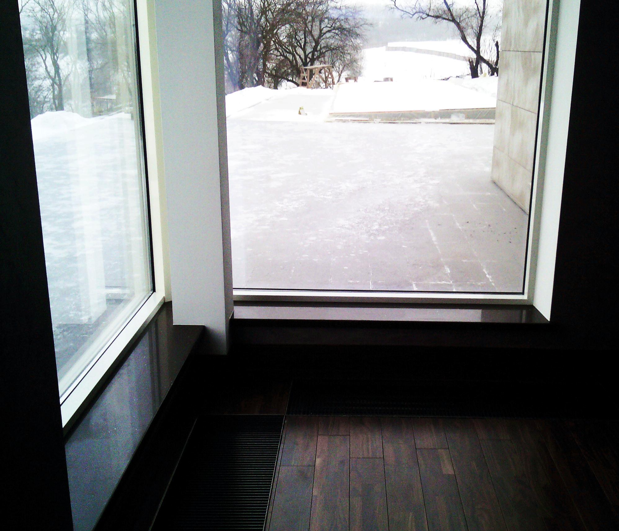 Подоконник из камня в доме в пос. Рославичи